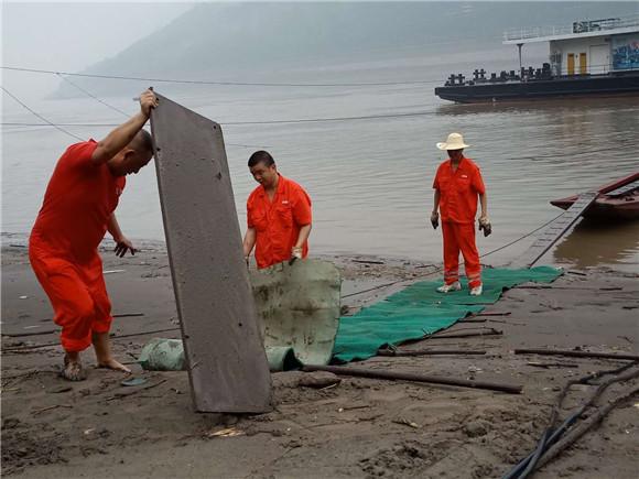 名山码头的水手们在岸边淤泥上垫木板和地毯
