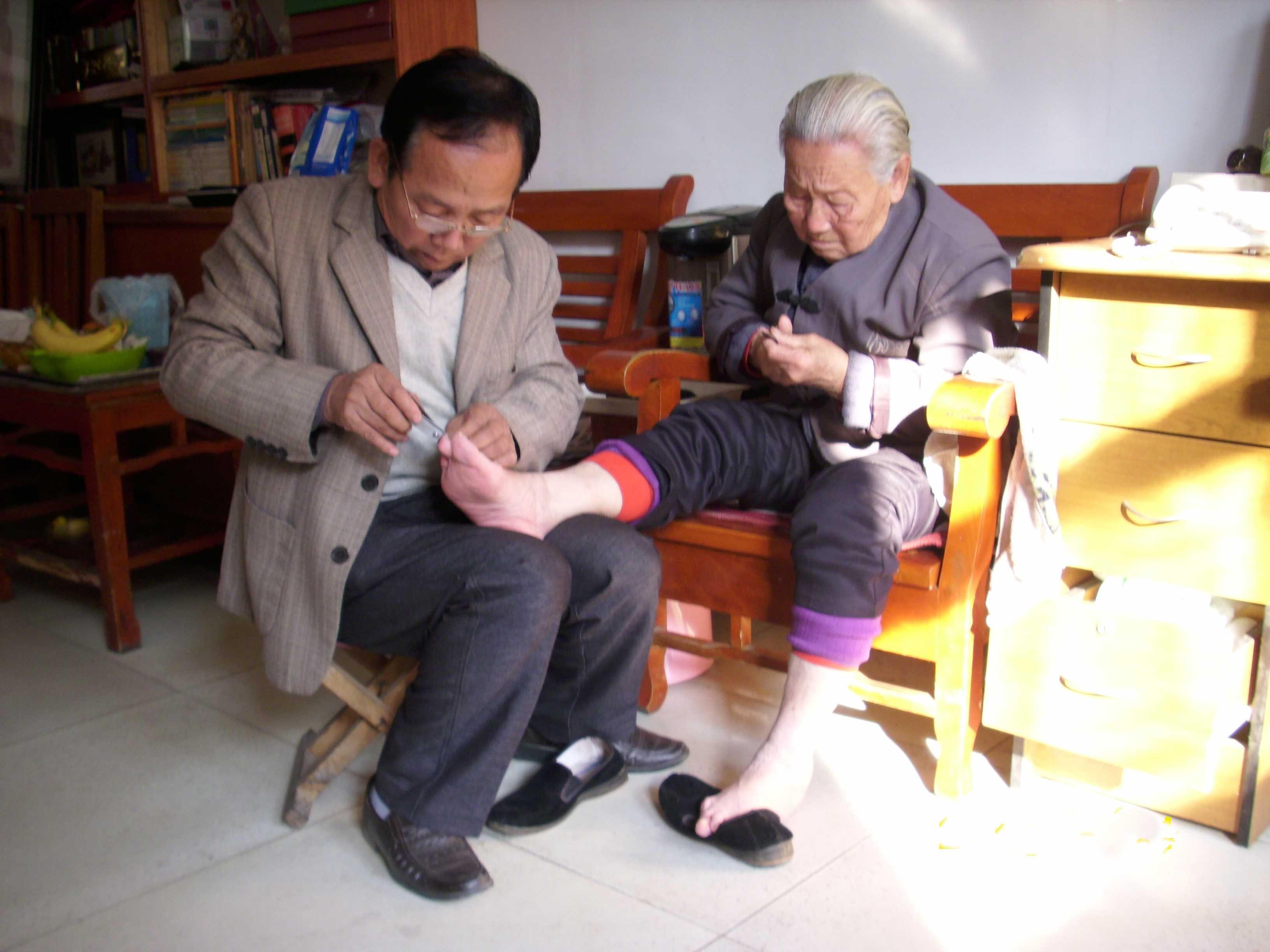 饶阳县省级文明家庭刘学良-刘学良给岳母剪指甲
