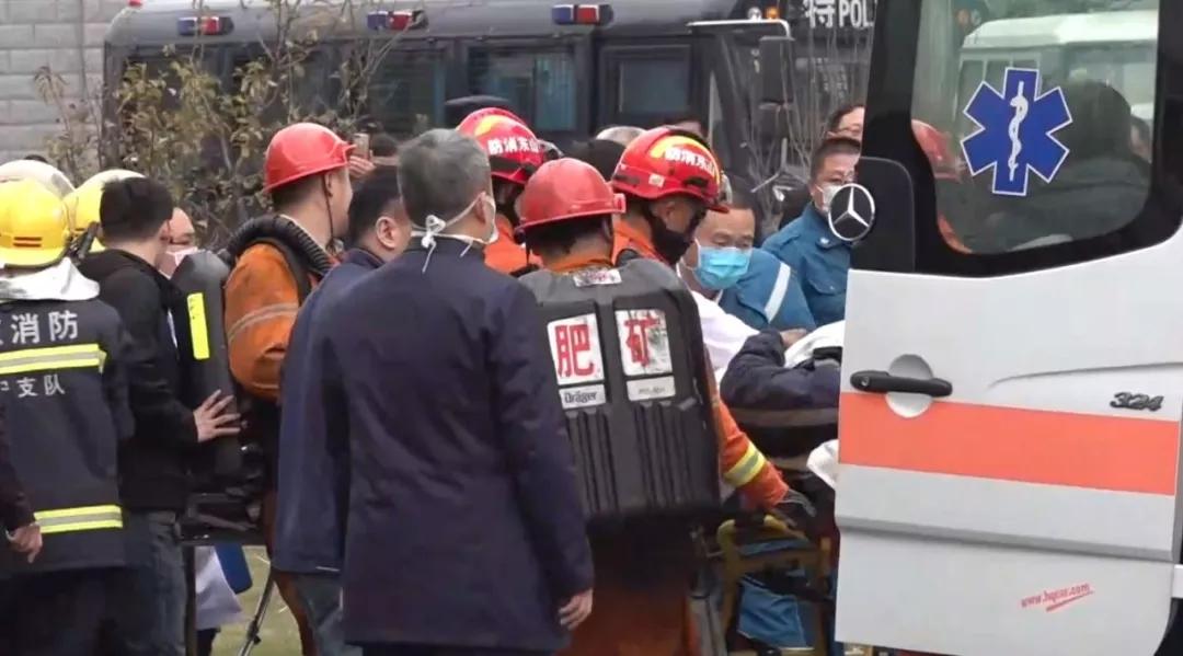 被救矿工被送上救护车.webp