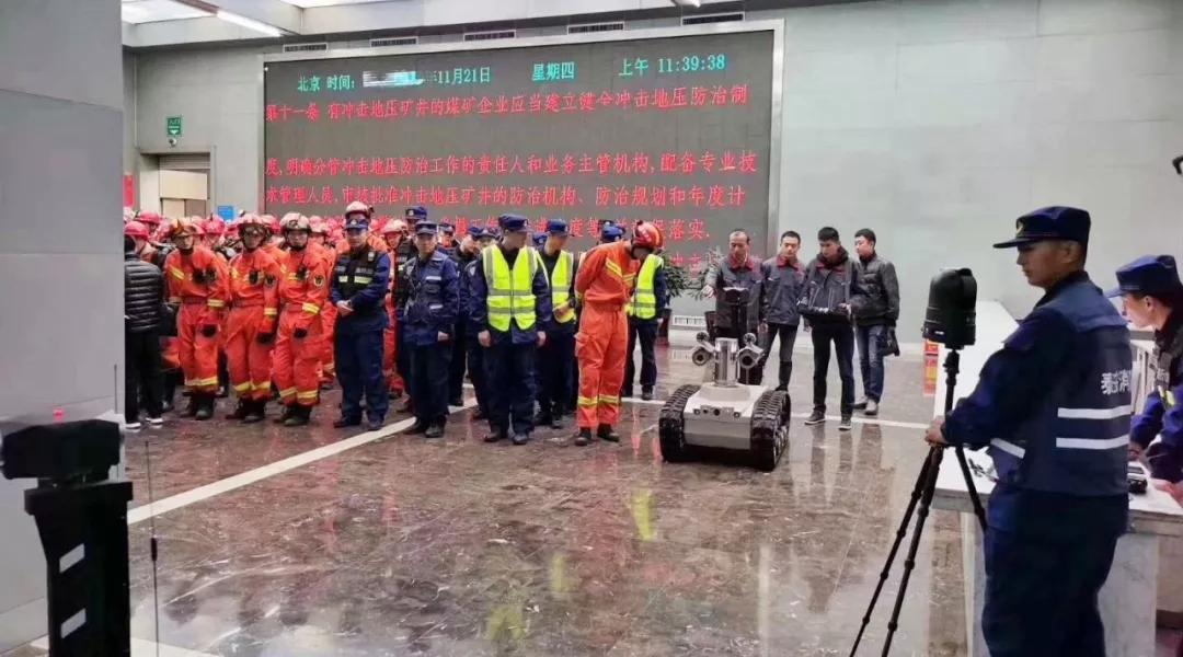 救援人员与消防机器人集体亮相.webp
