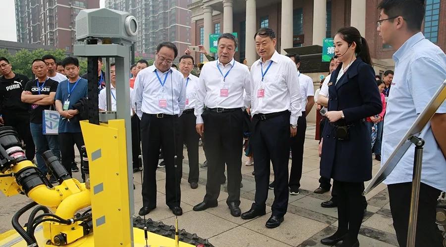 国家应急管理部宣传教育中心主任何国家参观开诚智能消防机器人.webp