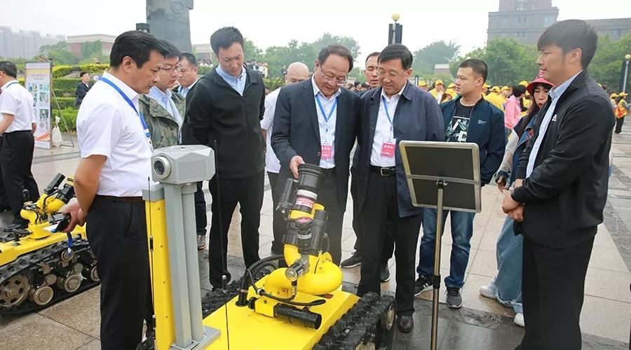 河北省应急管理厅副厅长武志新与开诚智能消防机器人亲密接触.webp
