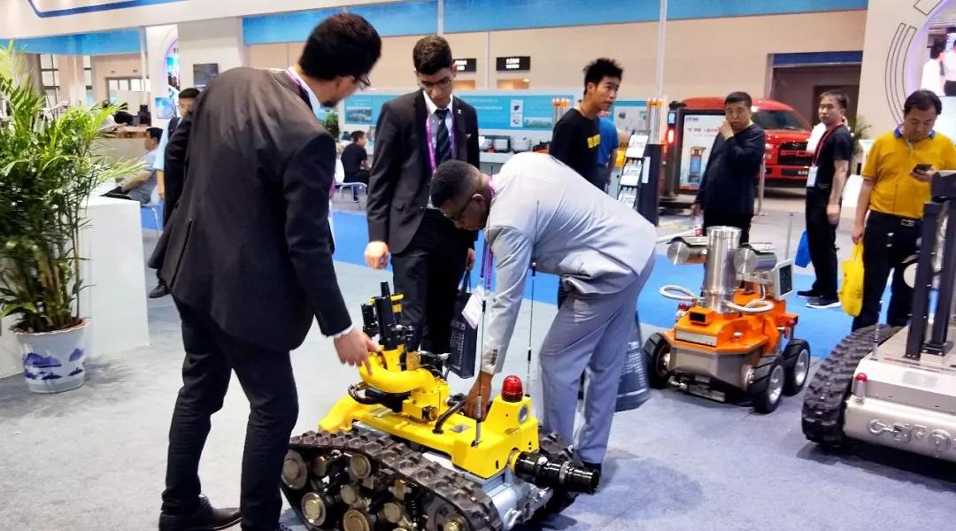 国外友人与开诚智能特种机器人亲密互动.webp