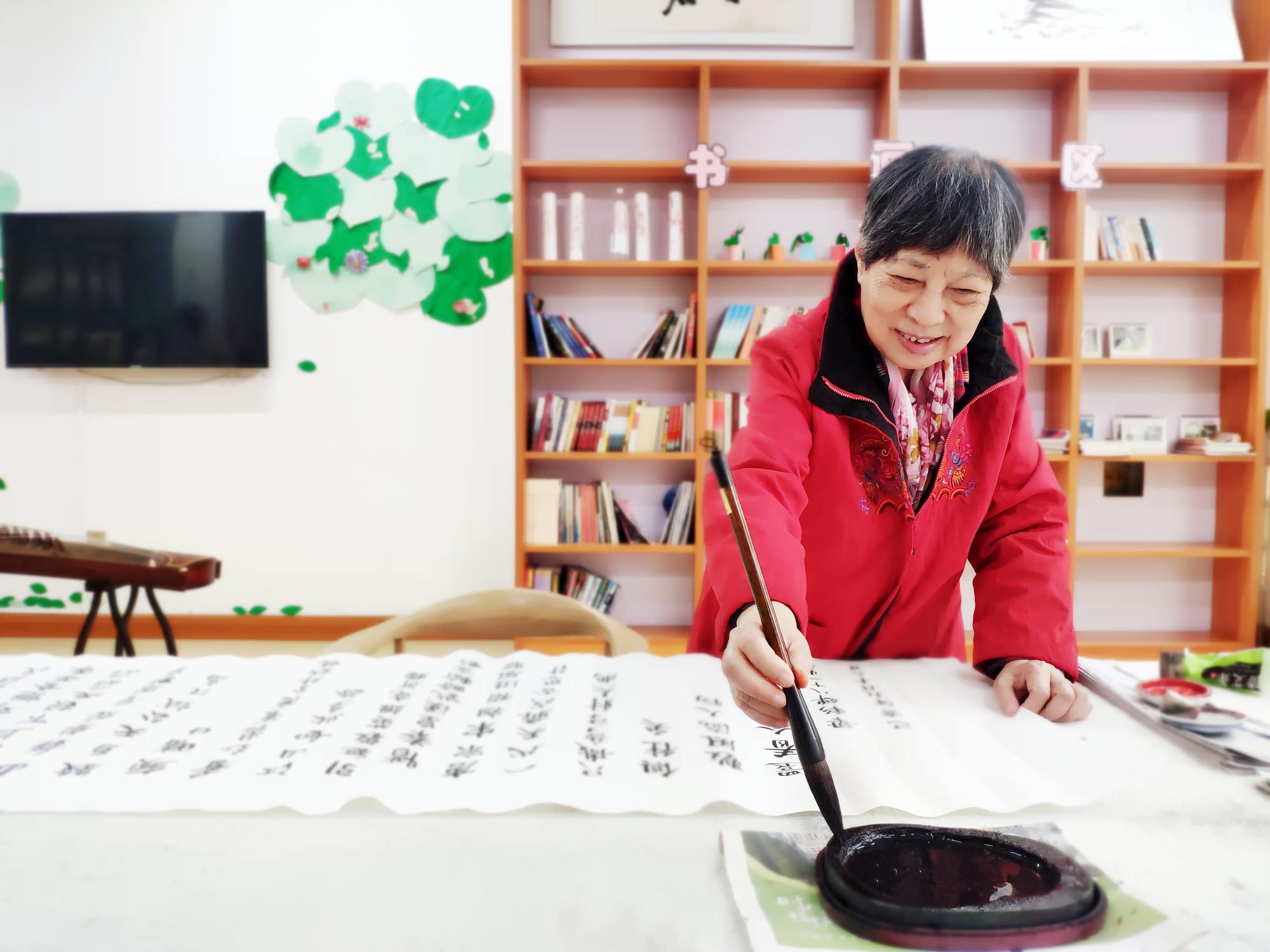 83岁梁彩婵奶奶,爱好:喜欢写毛笔字,画画;作者:兰艳