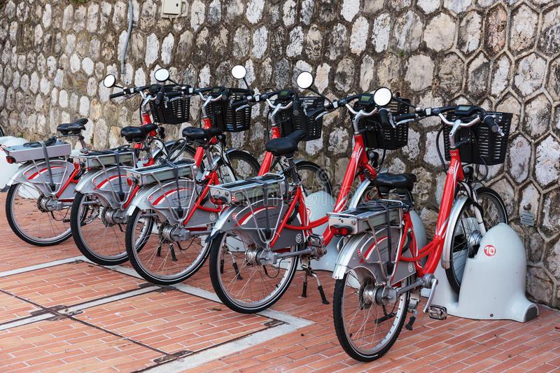电自行车行在停车场的-67198753