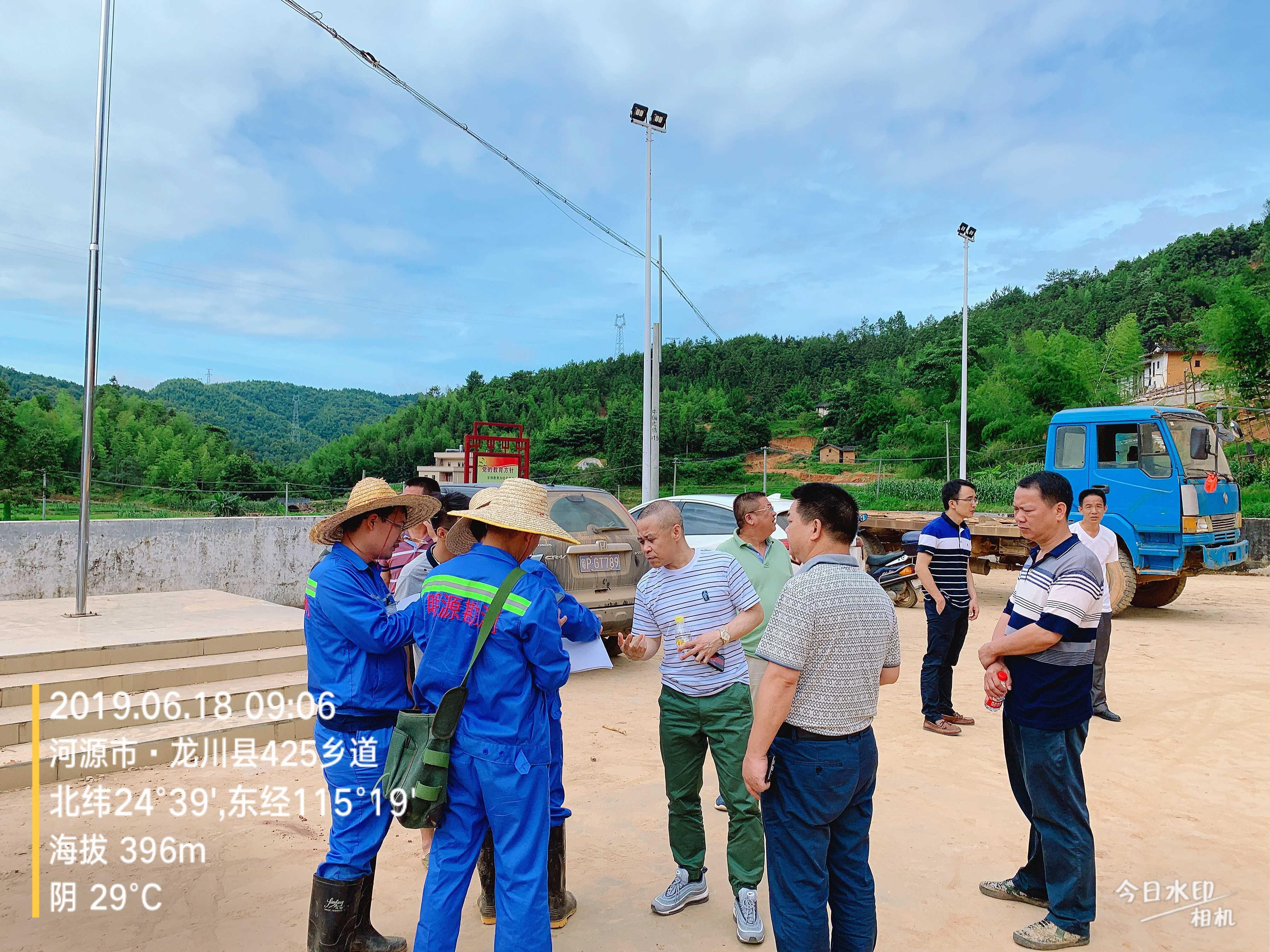 2019.6.18我司谢副主任、陈工等人在龙川县425乡道勘查现场,向市自然资源局测绘院邓院长汇报进度