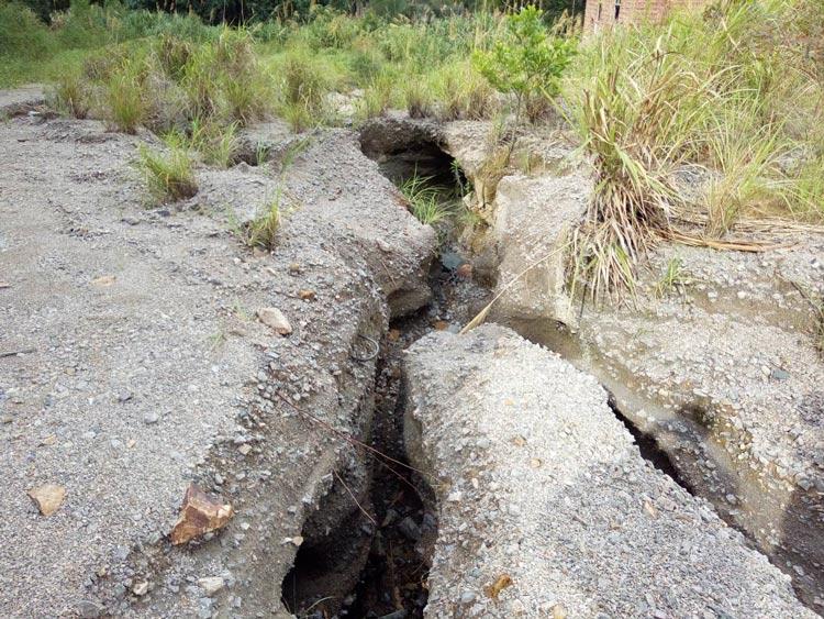 棄渣堆積、流水深切、植被稀少