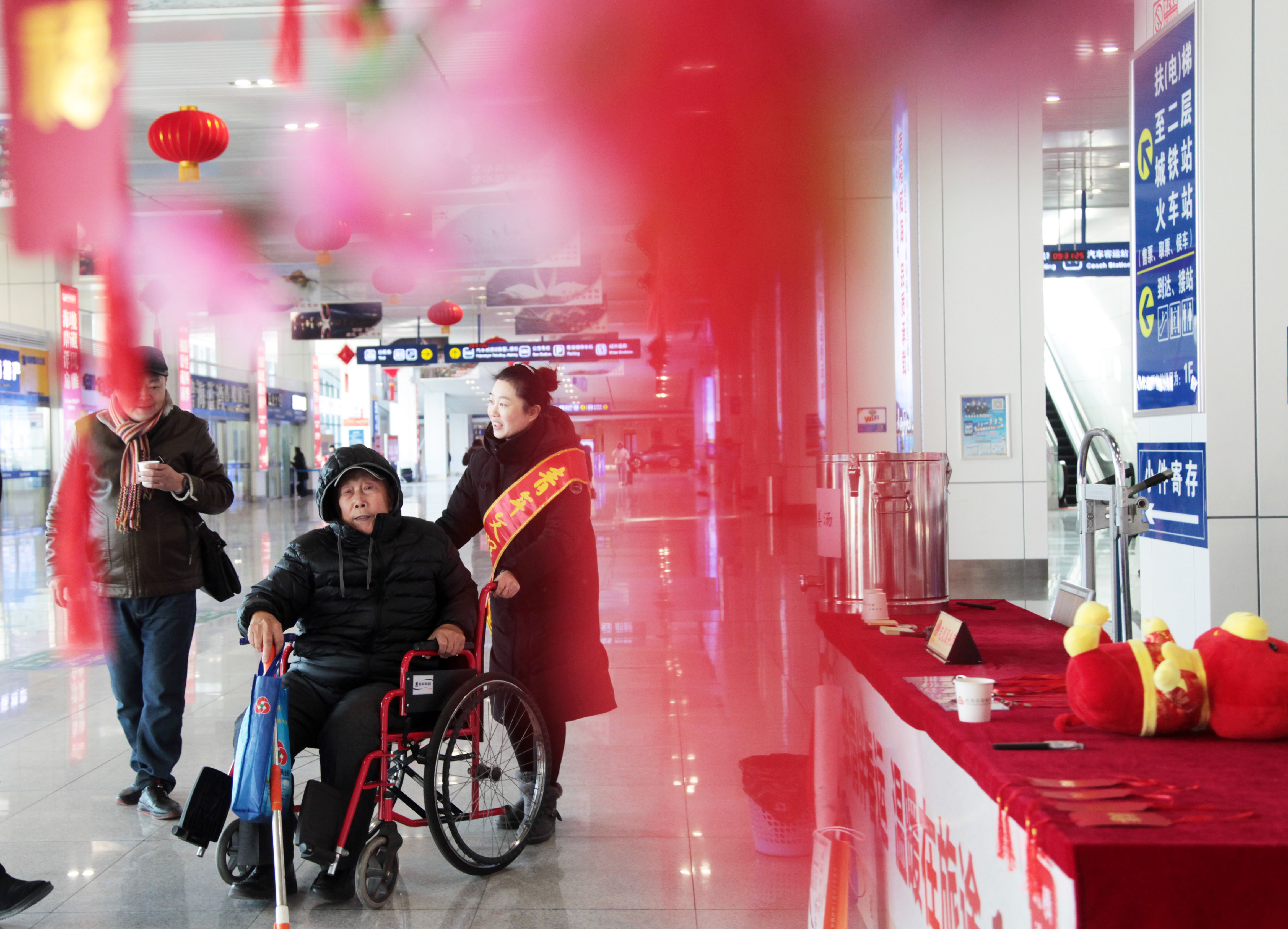 客服人员推轮椅