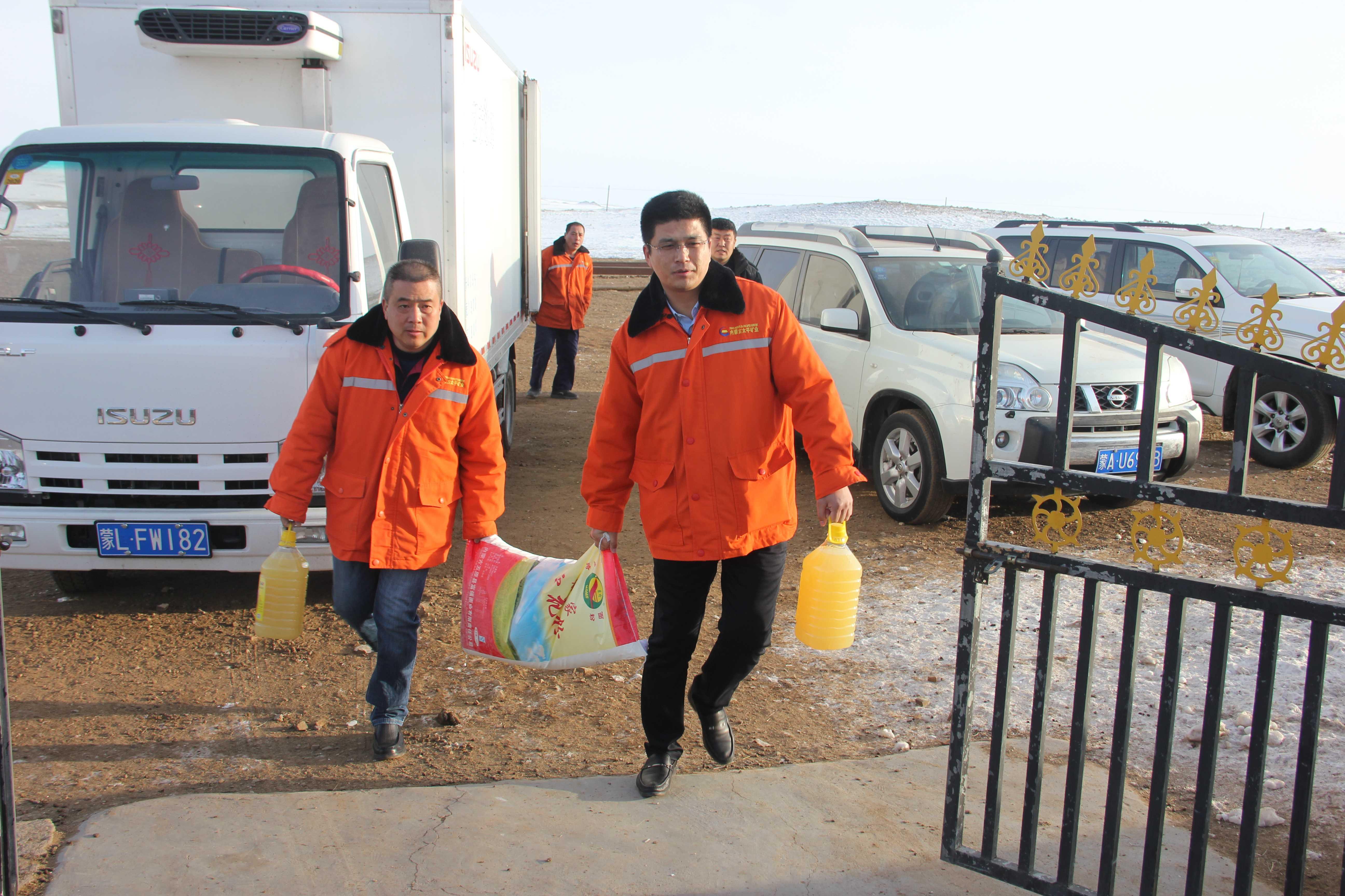 內蒙古太平開展春節前走訪慰問-給周邊牧民送米面油