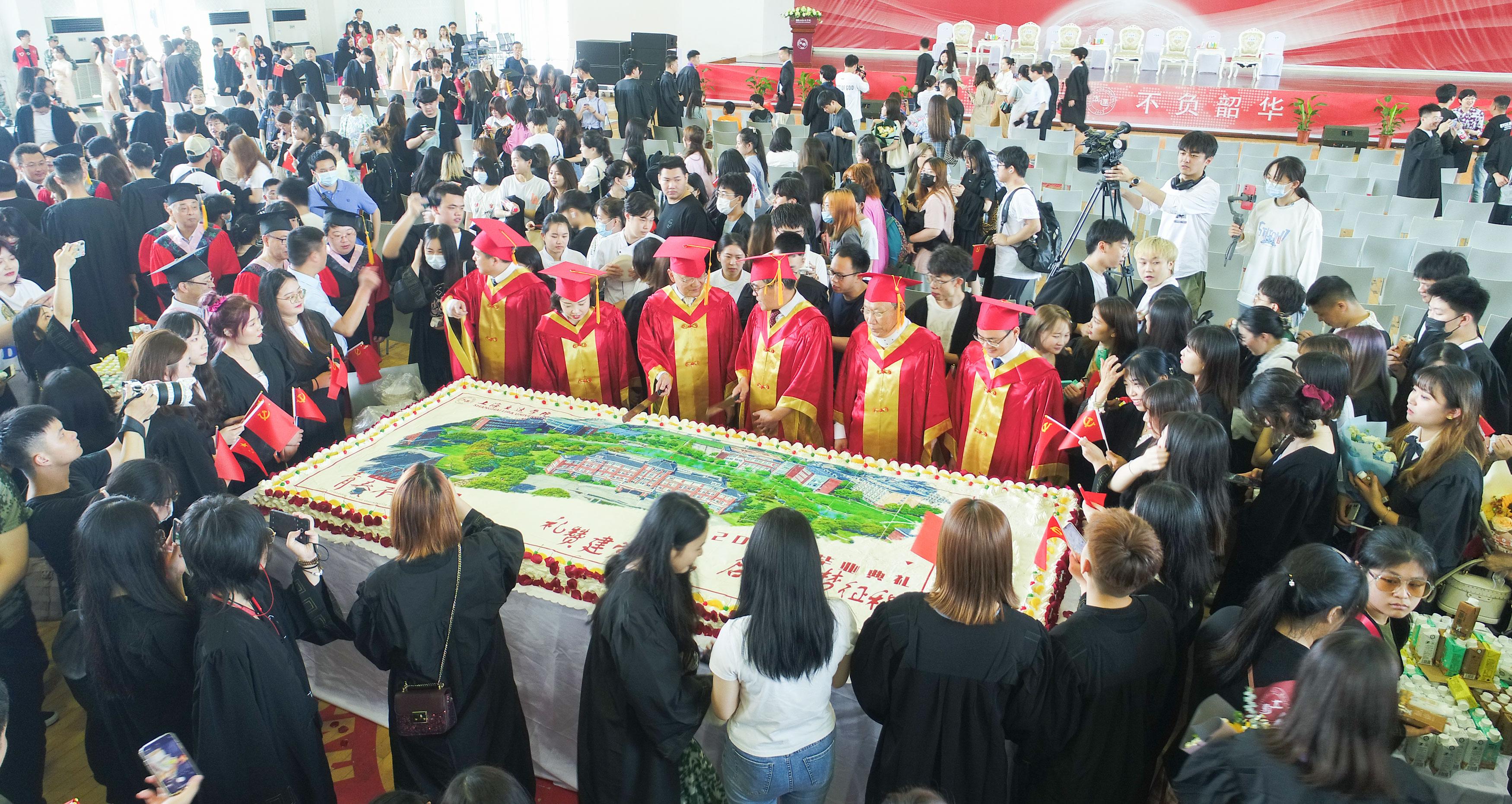 毕业典礼有吃有喝还送专属名章,千人同食比宿舍床还大的蛋糕!?亲历者:这都是常规操作……