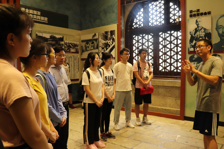 图5-刘大禹教授在忠烈祠现场讲授南岳与抗战