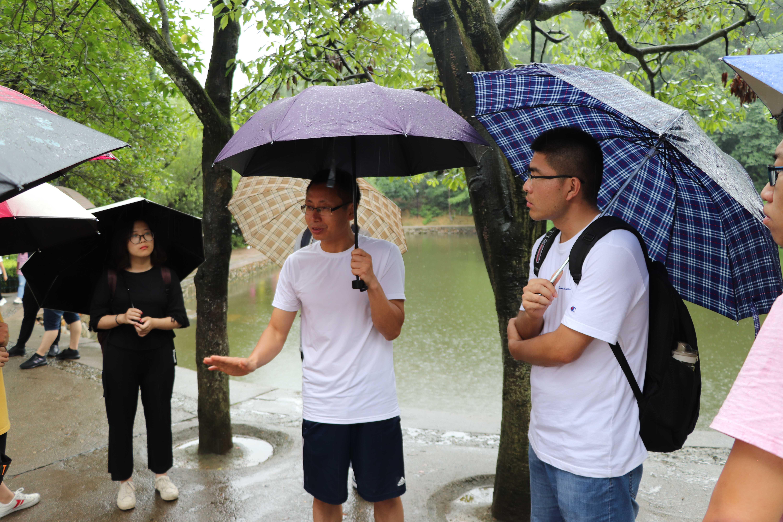 图9为刘大禹老师在毛泽东故居前的讲解