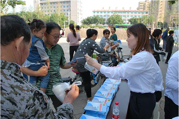 工作人员向市民发放人防那个宣传手册