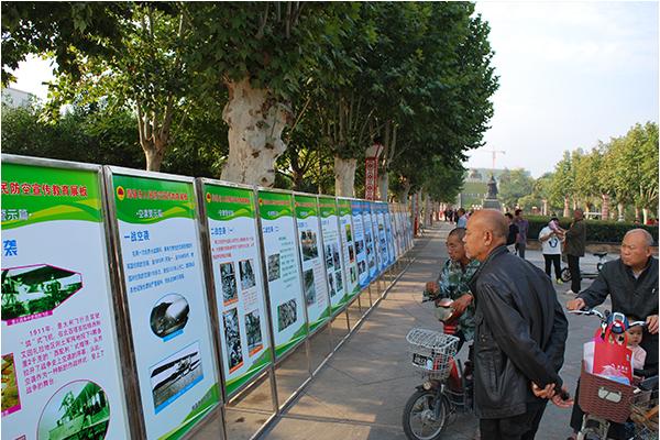 市民观看人防宣传展板