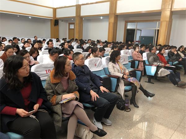 07初三年级教师在学术报告厅参加反馈会