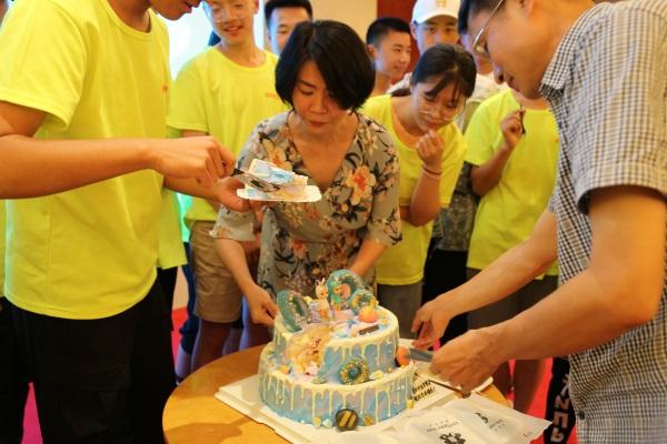 26.主编任一娟为七月过生日的同学分蛋糕