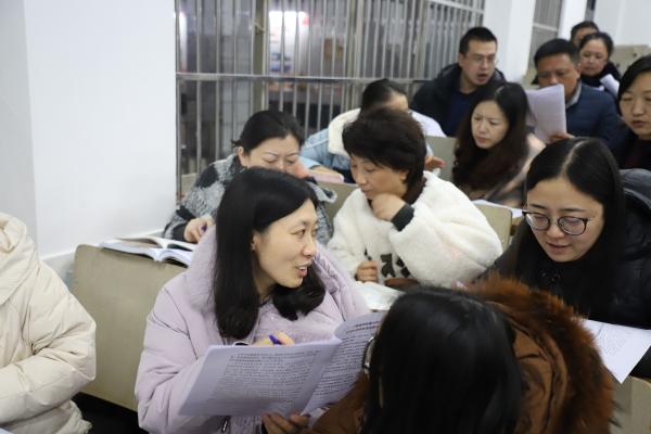 3学习小组热烈讨论