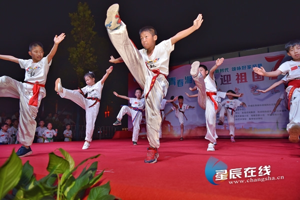 """7月23日晚,开福区秀峰街道湘民社区""""舞动新时代颂咏好家风""""主题群众文艺汇演举行。"""