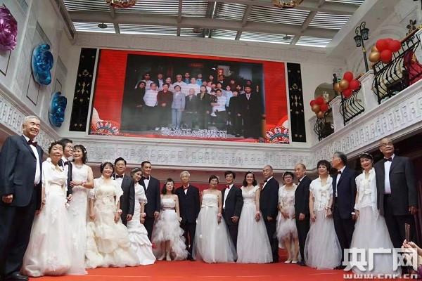 10对有故事的金婚银婚夫妻代表合影。