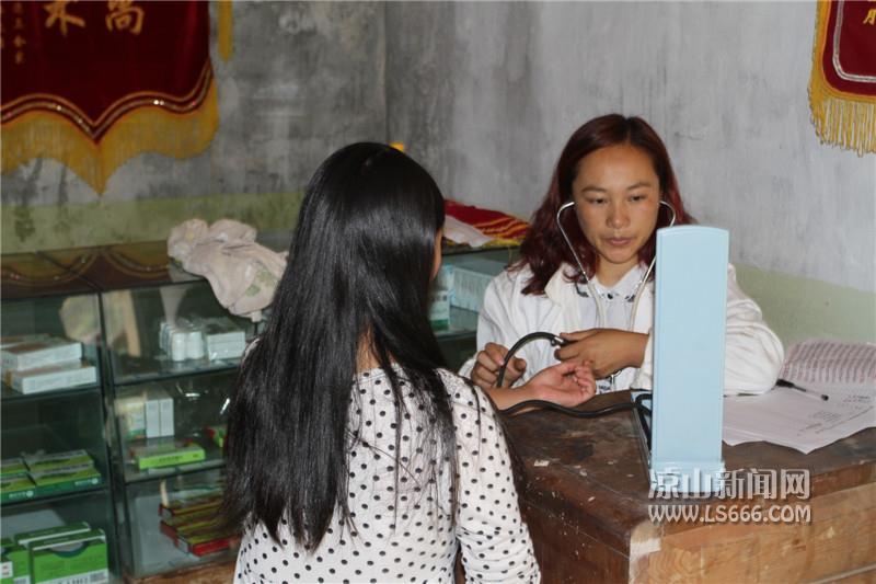马丽3在小小的卫生院里为病人看病