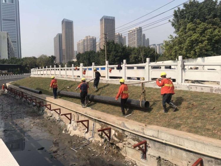 广州8条黑臭河道水质反弹-治水施工,工人赶工中