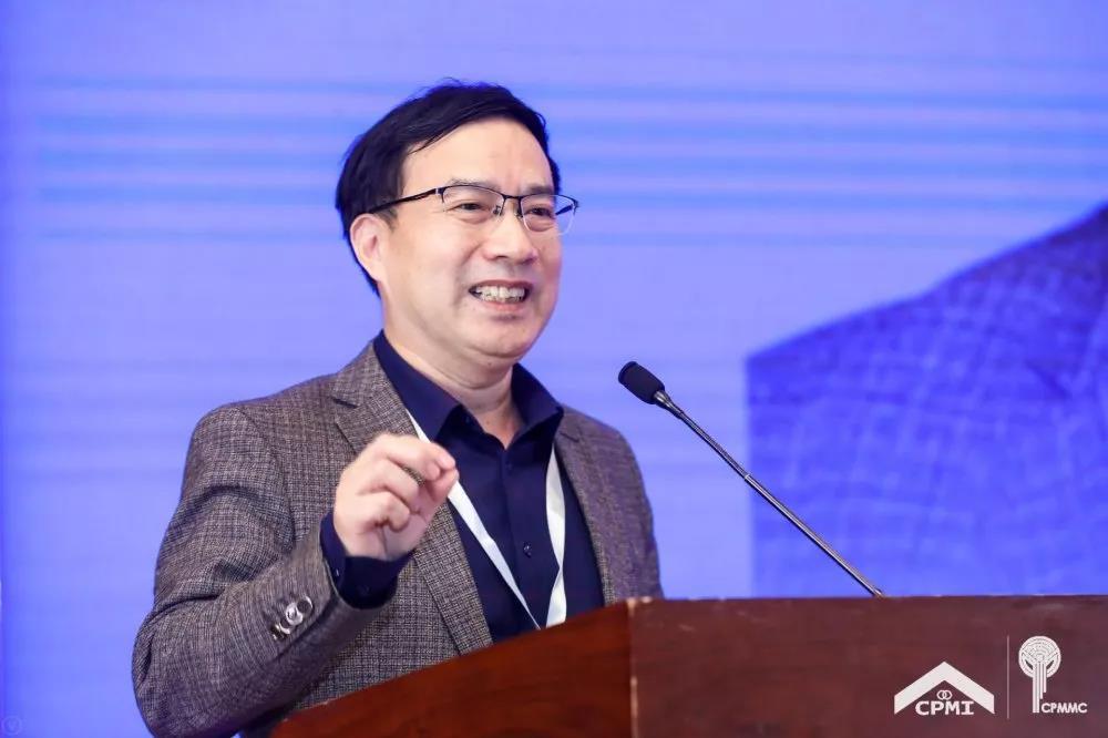 物协产学研-专委会副主任陈德豪宣读《中国物业管理协会产学研专业委员会第一届工作规划》