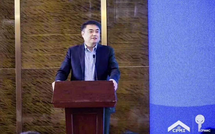 物协产学研-中国物协副会长兼秘书长王鹏宣读《关于成立中国物业管理协会产学研专业委员会的决定》
