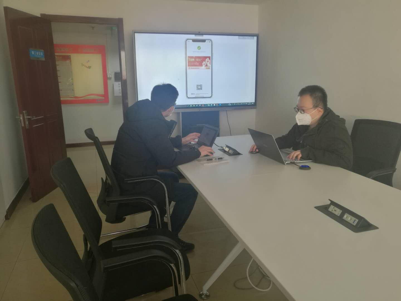 技术人员讨论推进新产品研发工作