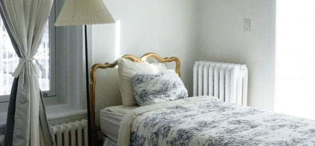 床头后面有窗口,窗口有窗帘遮挡