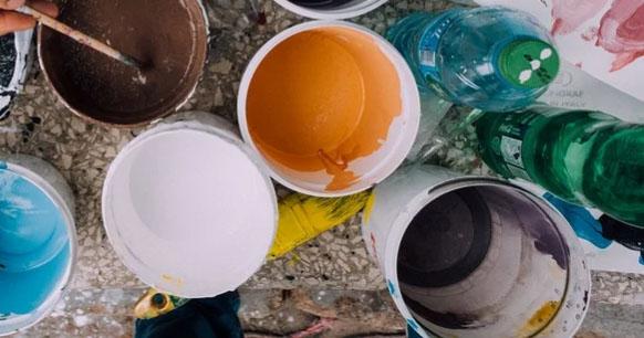 装修门面使用的各种颜色的原料桶