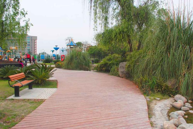 1龙泉休闲公园仿木地板