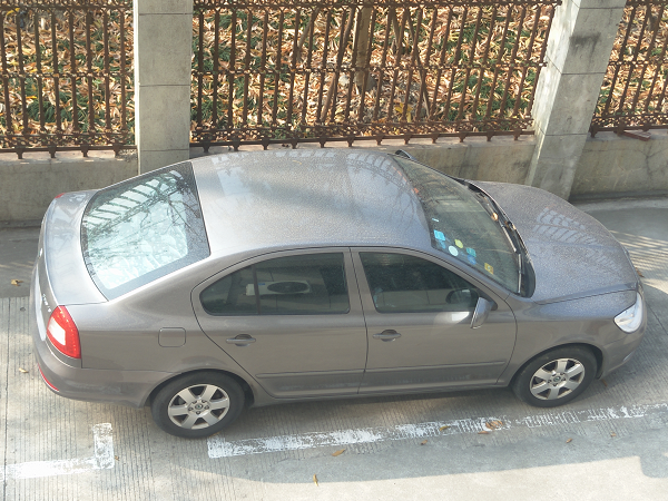 雨后车辆表面形成白色水渍