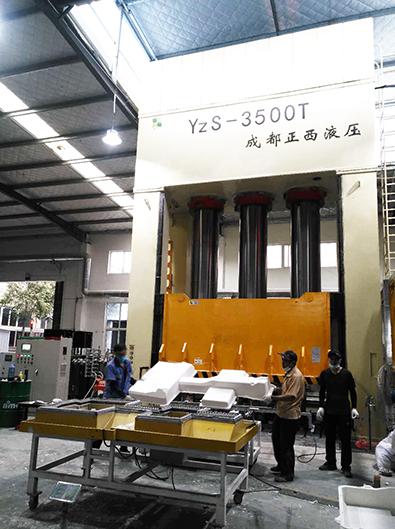山东青岛液压机客户定制的3500吨复材液压机圆满交货