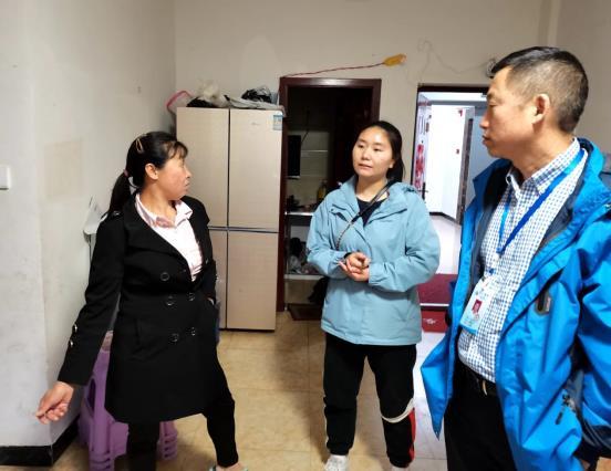 图为习水县分企业党支部书记、总经理张兴龙(右)在入户排查走访中了解情况